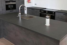 Donkere moderne keuken plaatsen in Britsum
