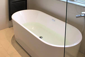 Badkamer met vrijstaand bad Heerenveen