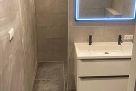 Betonlook badkamer met gave led spiegel